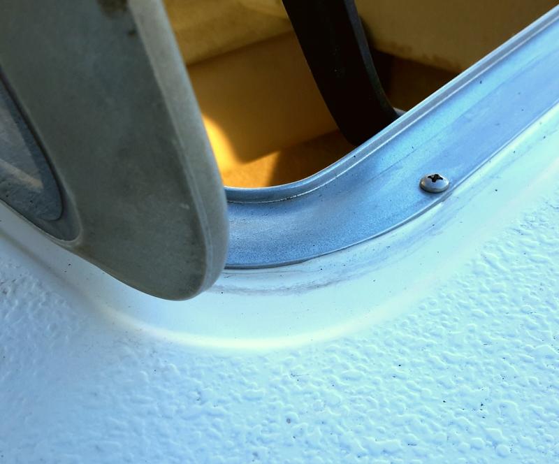 remont-lyuka-illyuminatora-katera-yahtyi-lodki - фото отремонтированного люка каюты катера с новым герметиком